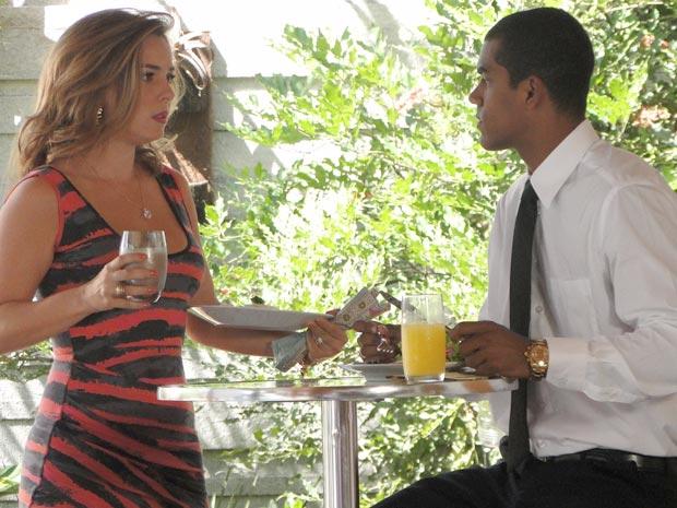 Cris pede companhia de Matias para almoçar (Foto: A Vida da Gente / TV Globo)