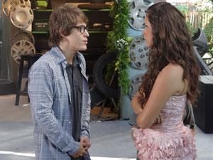 Graciosa fica com ciúmes (Foto: Aquele Beijo/TV Globo)
