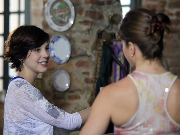 Laura diz para Alexia que Gabriel vai precisar muito da força dela (Foto: Malhação / TV Globo)