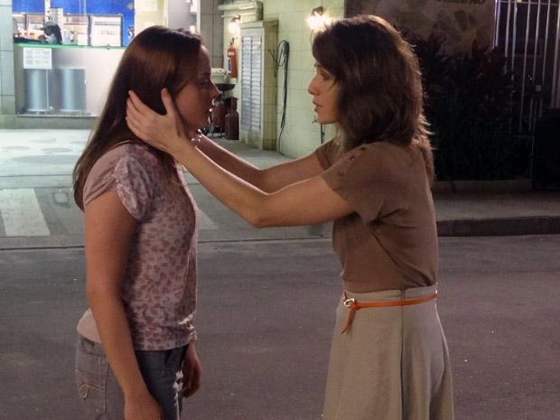 Débora culpa Laura por Vinícius estar com outra mulher (Foto: Malhação / TV Globo)