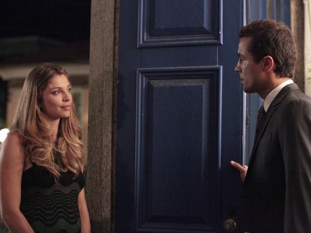 Vicente fica preocupado ao saber que Lucena está sofrendo ameaças (Foto: Aquele Beijo/TV Globo)