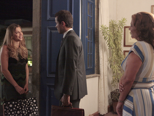 Amália conta para Vicente que Lucena vai sair da cidade (Foto: Aquele Beijo/TV Globo)