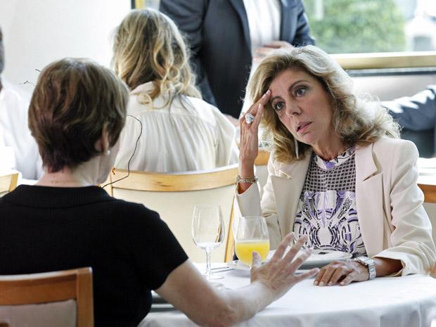 Regina conta para Maruschka sobre o filho que a empresária abandonou (Foto: Aquele Beijo/TV Globo)
