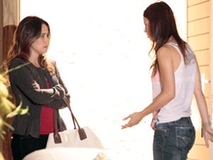 Ana chega com os olhos inchados e deixa Alice assustada (Foto: A Vida da Gente / TV Globo)