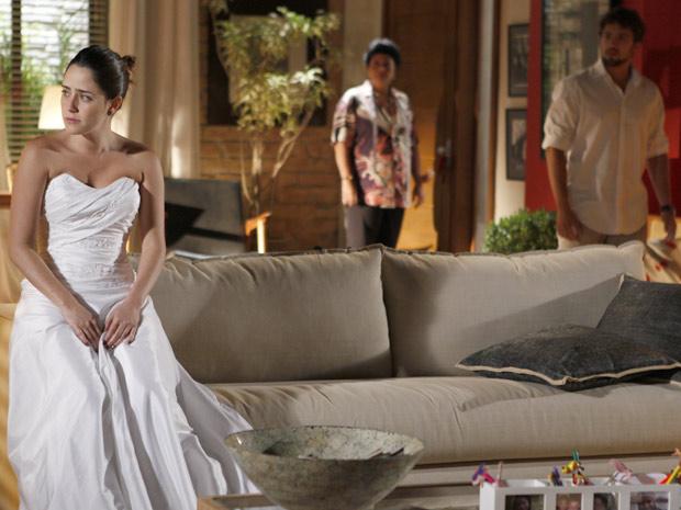 Ao chegar na casa de Ana, Rodrigo fica sem reação ao vê-la vestida de noiva (Foto: A Vida da Gente / TV Globo)