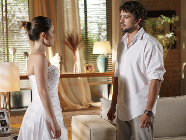 Rodrigo insiste que Ana não conseguirá ser feliz vivendo em cima de uma mentira (Foto: A Vida da Gente / TV Globo)