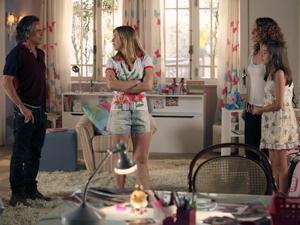 Marcos chega ao quarto e exige explicações de Dora (Foto: A Vida da Gente / TV Globo)