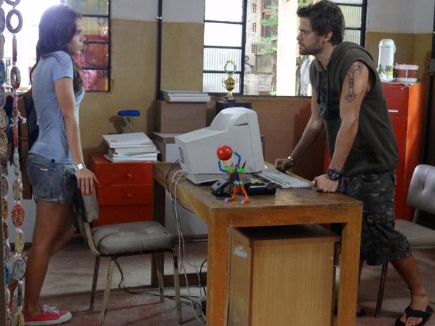 Natália diz para Moisés que o homem que ele atropelou é o ex-marido de Laura (Foto: Malhação / TV Globo)