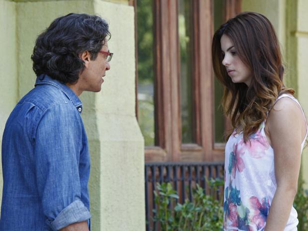 Renato insiste em conversar com Alice e a convida para tomar um café (Foto: A Vida da Gente/ TV Globo)