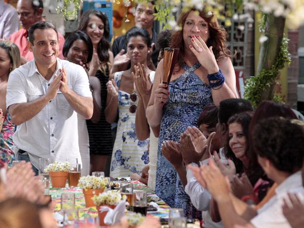 Tibério dá um anel para Ana Girafa (Foto: Aquele Beijo/TV Globo)