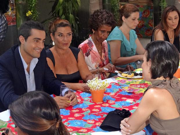 Juliana, Vicente e Amália conversam na festa de casamento (Foto: Aquele Beijo/TV Globo)