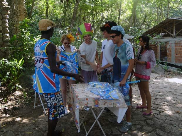 Bloco de Betão (Lucas Cordeiro) não pode desfilar e eles se juntam ao bloco da Comunidade (Foto: Malhação / TV Globo)