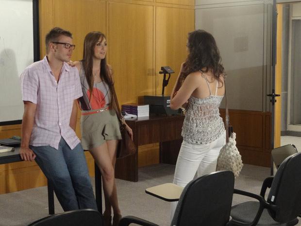 Patrícia descobre que Alex e Ellen estão namorando (Foto: Fina Estampa / TV Globo)