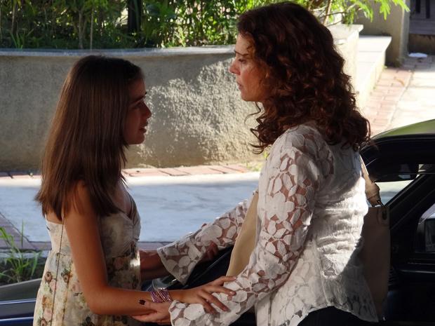 Bárbara implora para a mãe que não conte nada para ninguém e promete não pegar mais nada (Foto: A Vida da Gente/ TV Globo)