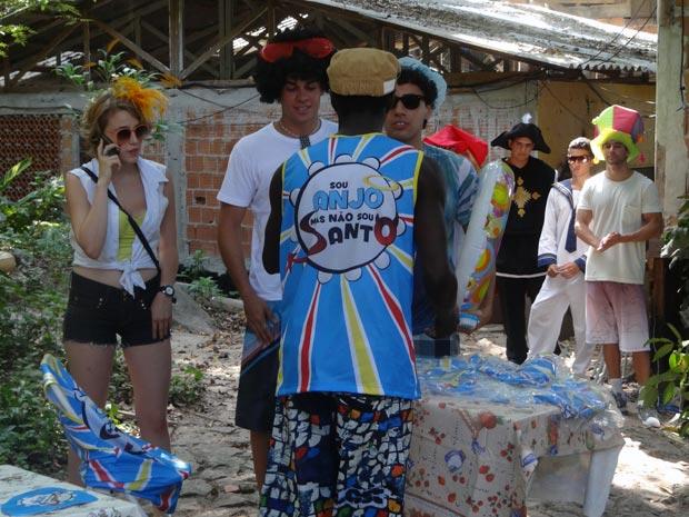 Betão, Babi e Ziggy compram os abadás de Fôjo (Foto: Malhação / TV Globo)