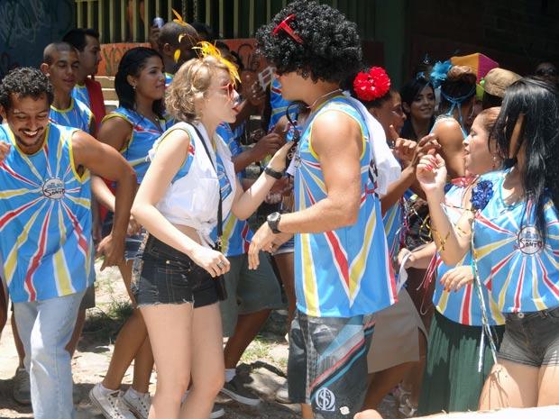 Betão e Babi brigam em pleno bloco de Carnaval (Foto: Malhação / TV Globo)