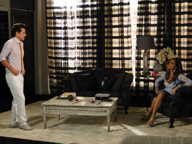 A megera sabe que ainda está na mira do delegado (Foto: Fina Estampa / TV Globo)