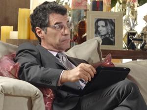 Jonas não demonstra o menor empenho na tarefa (Foto: A Vida da Gente / TV Globo)