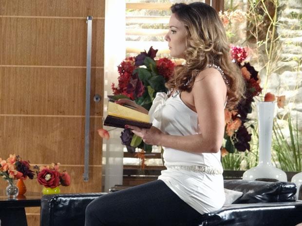 A dondoca fica chateada e diz que dessa forma, Jonas vai acabar perdendo o filho e a mulher (Foto: A Vida da Gente / TV Globo)