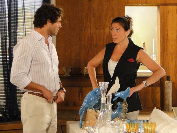 Griselda  fica com ciúmes de Guaracy e quer saber mais sobre a nova garçonete (Foto: Fina Estampa/ TV globo)
