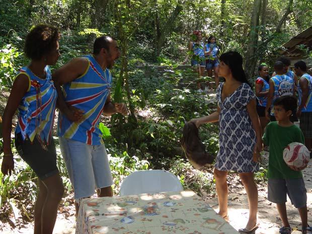 Mulher de Carlinhos dá bolsada nele. Aparecida ajuda (Foto: Malhação / TV Globo)
