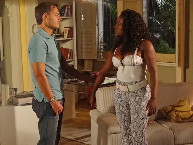 Bernadete não quer gosta de ver a reaproximação de Ricardo e Camila (Foto: Aquele Beijo/TV Globo)
