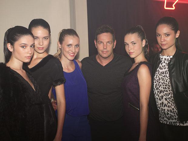 Rodrigo Trussardi posa entre as modelos do desfile (Foto: Aquele Beijo/TV Globo)