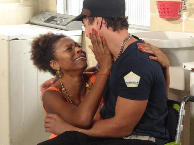 """Emocionada, Aparecida promete para o filho: """"Tu vai voltar a andar, sim senhor!"""" (Foto: Malhação / TV Globo)"""