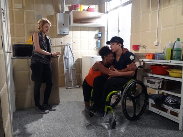 Babi diz para Aparecida que Jefferson tem condições de voltar a andar (Foto: Malhação / TV Globo)