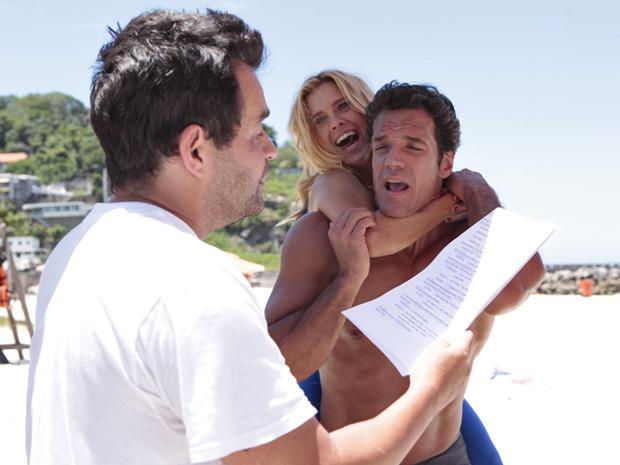 Carolina Dieckmann e Carlos Machado escutam as orientações do diretor Marco Rodrigo (Foto: Fina Estampa/TV Globo)