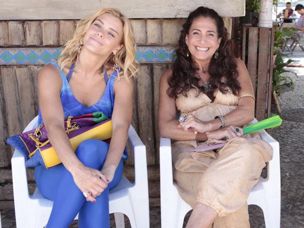 Carolina Dieckmann descansa durante o intervalo, ao lado de Totia Meireles   (Foto: Fina Estampa/TV Globo)