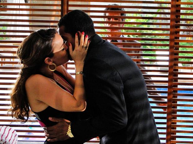Magoada, Cris beija Matias e Jonas flagra os dois (Foto: A Vida da Gente/ TV Globo)