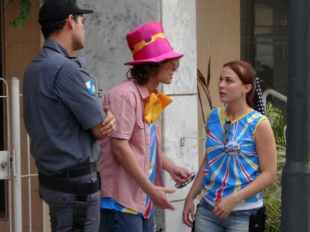 Débora tenta apaziguar a situação, mas policial não dá mole (Foto: Malhação / TV Globo)