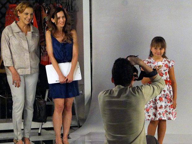 Eva observa ao lado da produtora enquanto Júlia posa para as fotos (Foto: A Vida da Gente / TV Globo)