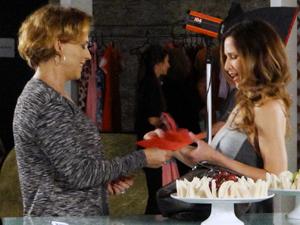 Eva entrega a autorização falsa à produtora (Foto: A Vida da Gente / TV Globo)