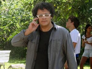 """Fabiano liga para o produtor e diz: """"Já tenho o nosso astro"""".  (Foto: Malhação / TV Globo)"""