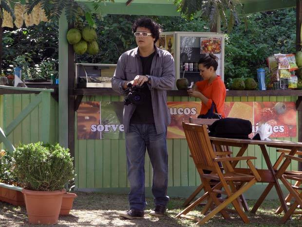 Fabiano observa Gabriel. Ele fica encantado e já começa a filmar (Foto: Malhação / TV Globo)