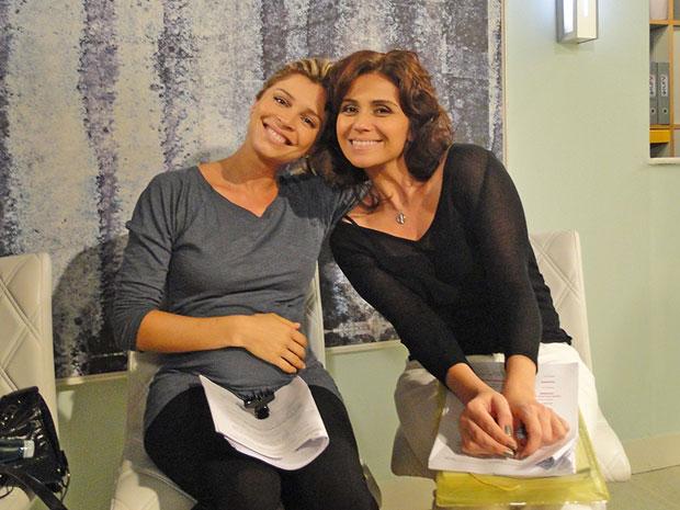 Grazi Massafera e Giovanna Antonelli posam durante ensaio (Foto: Aquele Beijo/TV Globo)