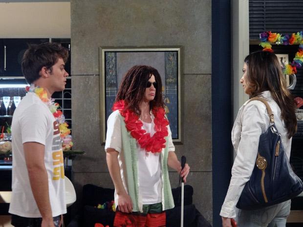 Helena fica furiosa ao ver que o ex-marido, Betão e Filipe organizaram uma festa enquanto estava fora (Foto: Malhação / TV Globo)