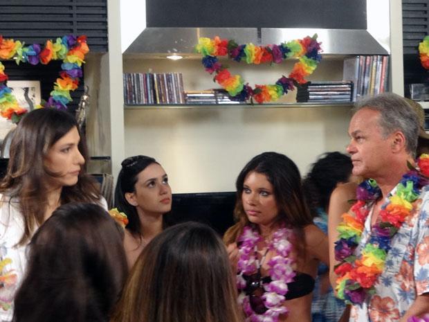 Helena não acredita no que encontra ao chegar em casa: uma festa de arromba acontece no apartamento (Foto: Malhação / TV Globo)