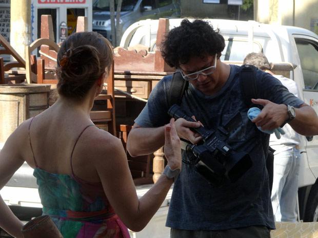 Sem querer, Laura joga água na câmera de Fabiano (Foto: Malhação / TV Globo)