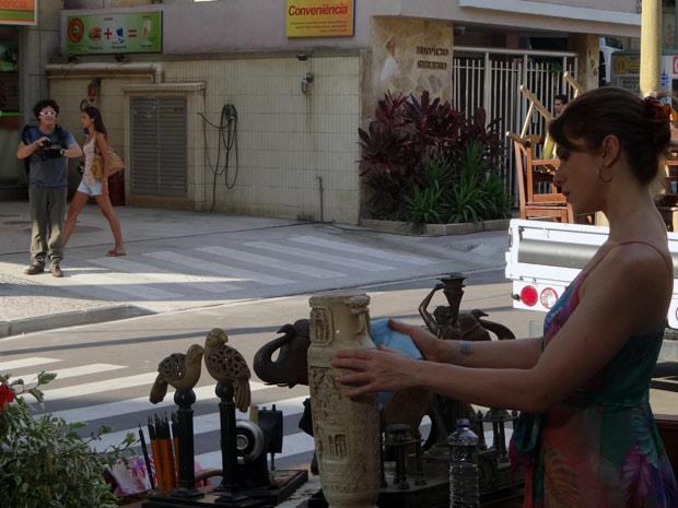 De longe, Fabiano fotografa Laura no brechó (Foto: Malhação / TV Globo)