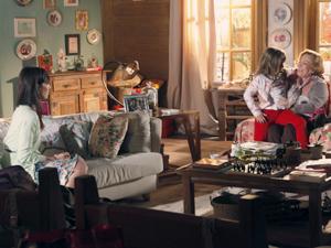 Iná vai buscar Júlia para ir visitar Ana (Foto: A Vida da Gente / TV Globo)