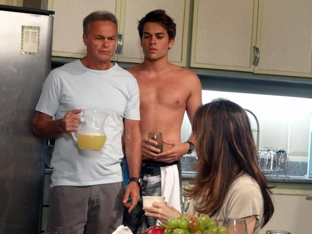 Nelson conta para Betão e Filipe que Helena pretende levá-los para São Paulo (Foto: Malhação / TV Globo)