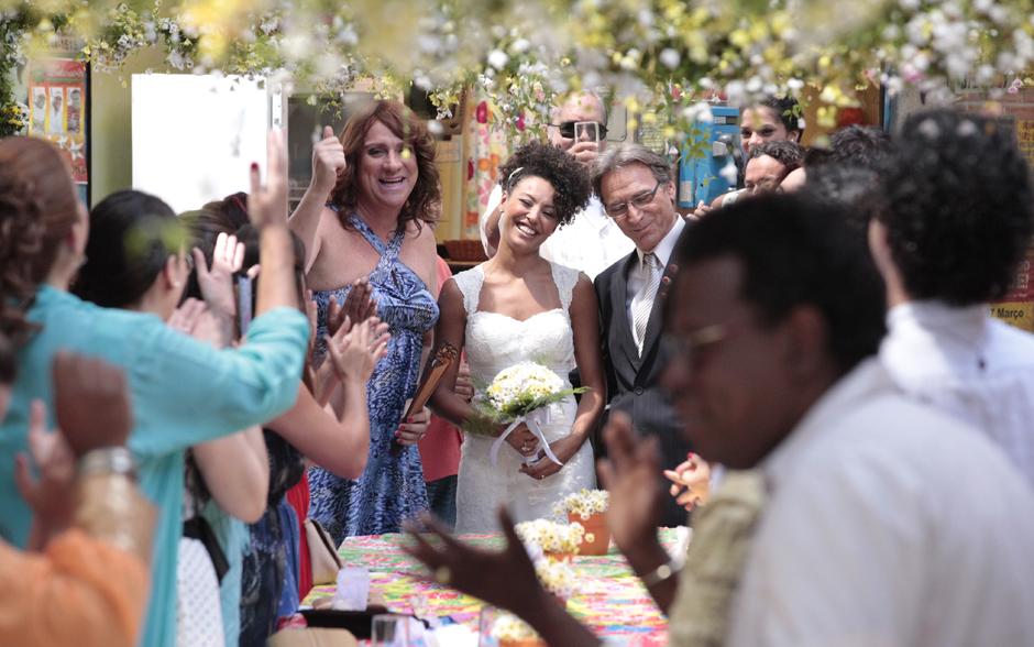 Sarita e Alberto são recebidos sob uma salva de palmas