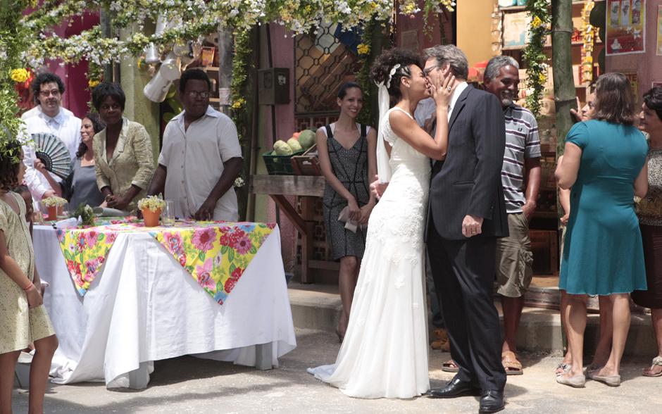 Alberto e Sarita se beijam diante dos convidados