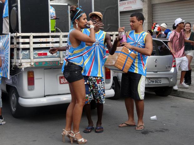 Timtim bebe refri durante o bloco e passa mal (Foto: Malhação / TV Globo)