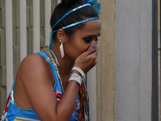 Enjoada, Timtim se sente mal após tomar refri batizado (Foto: Malhação / TV Globo)