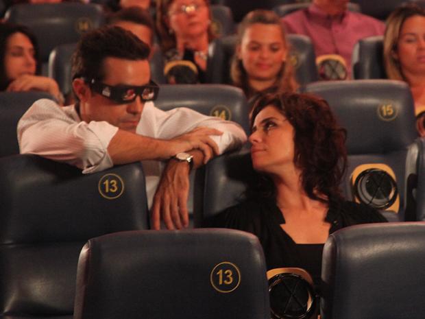Vicente não resiste e se aproxima de Claudia no cinema (Foto: Aquele Beijo/TV Globo)