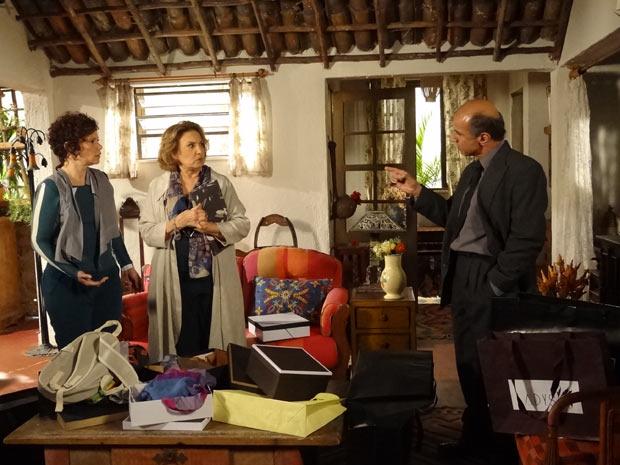 Dr.Paredes aborda tia Íris e Alice chegando em casa, cheias de compras (Foto: Fina Estampa / TV Globo)